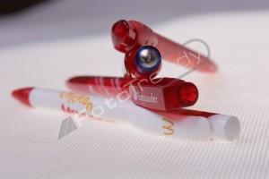 Długopisy reklamowe wręczane klientom przy zakupach